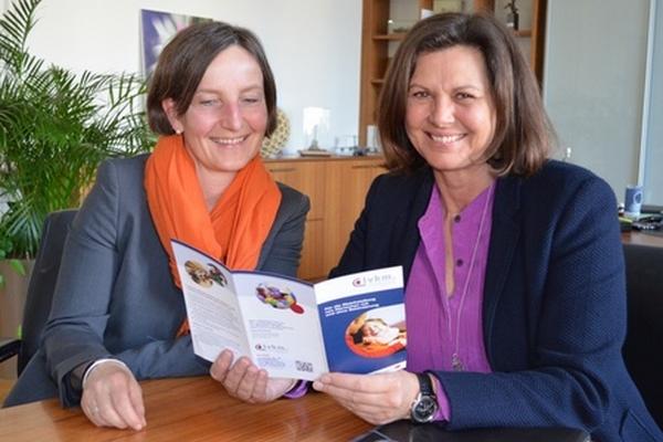Sozialministerin Kerstin Schreyer (r.) besucht das barrierefreie Schullandheim Wartaweil