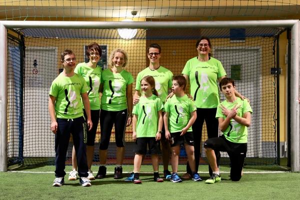 Menschen mit und ohne Down-Syndrom im Fußballtor