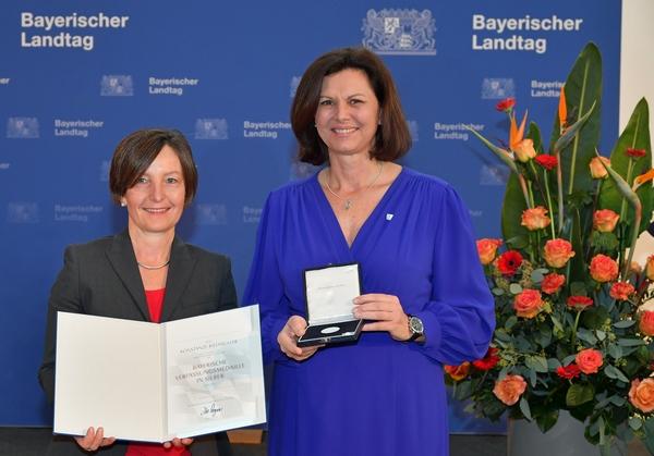 LVKM-Vorsitzende und Landtagspräsidentin Ilse Aigner bei der Überreichung der Bayerischen Verfassungsmeaille in Silber