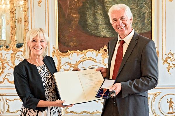 Sozialministerin Carola Trautner überreicht Reinhold Scharpf das Bundesverdienstkreuz