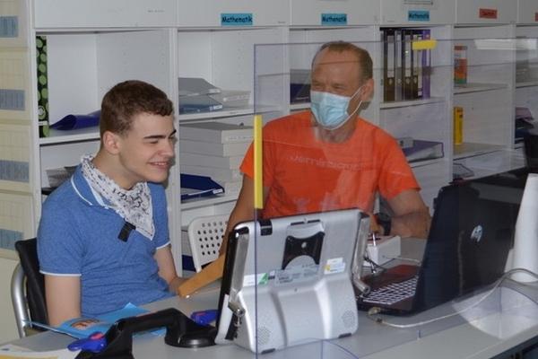 Schüler mit Schulbegleiter